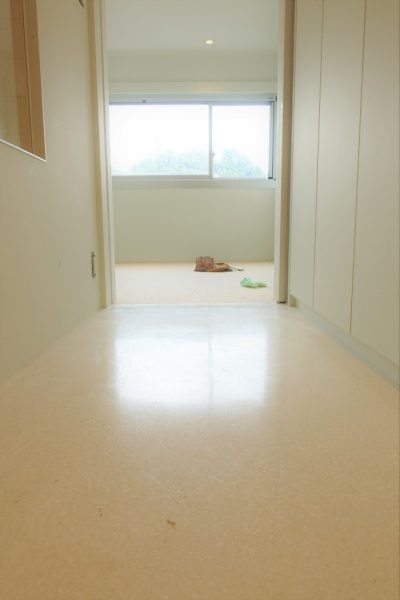 マンション室内床のビールストーン施工、廊下部分、目地なし