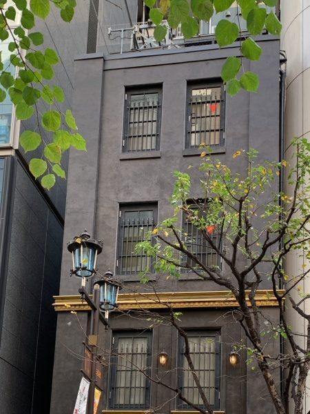 銀座三弘社ビルの外壁、オルトレマテリアのアンティーク金属仕上げ