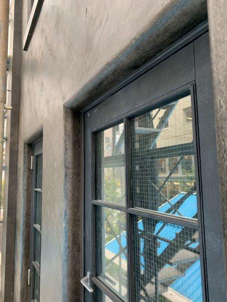 オルトレマテリアアンティーク金属仕上げの外壁。銀座三弘社ビル窓まわりの外壁