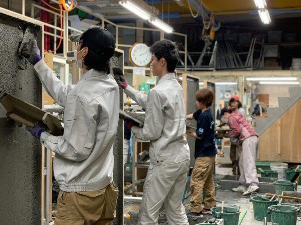 東京左官育成協会での塗り壁トレーニング