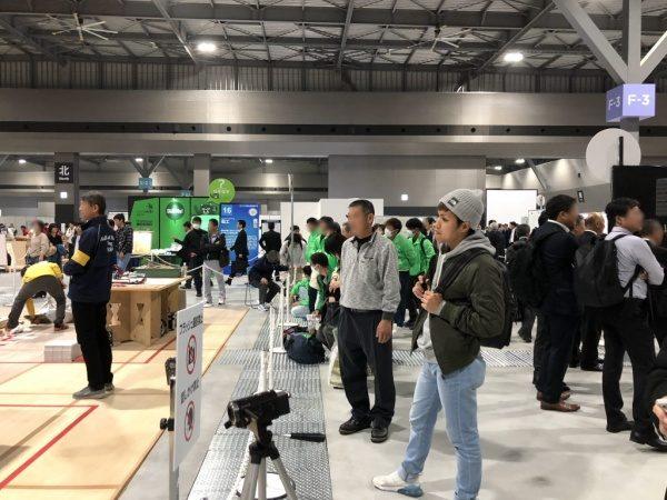 2019技能五輪愛知大会タイル競技を見学中の西泊さん