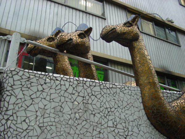 赤坂キャメルズの駱駝を模したクラッシュタイル。原田左官施工