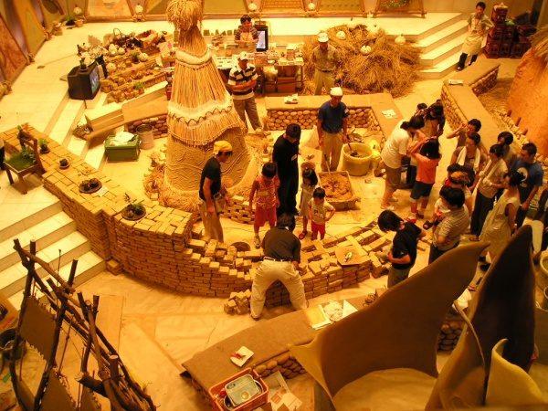 オゾンハウスミーティング「土の王宮を作る」展の施工風景