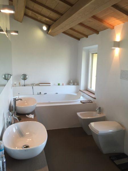 白色のオルトレマテリアで仕上げた浴室。原田左官海外の施工例