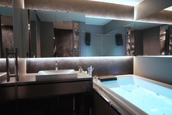 オルトレマテリアで鏝模様を付けて仕上げた浴室。原田左官海外の施工例