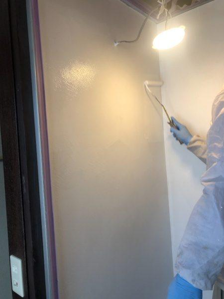 シャワールームにエコビコストロングを塗布施工している左官職人さん