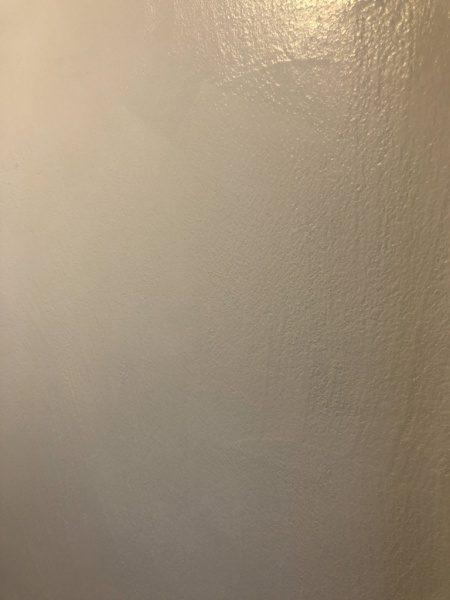 エコビコストロング白で塗布施工されたシャワールームの壁