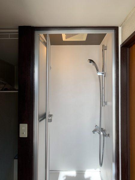 オルトレマテリアのメディアフィーネを塗りエコビコストロングのトップコートで施工したシャワールーム。原田左官施工