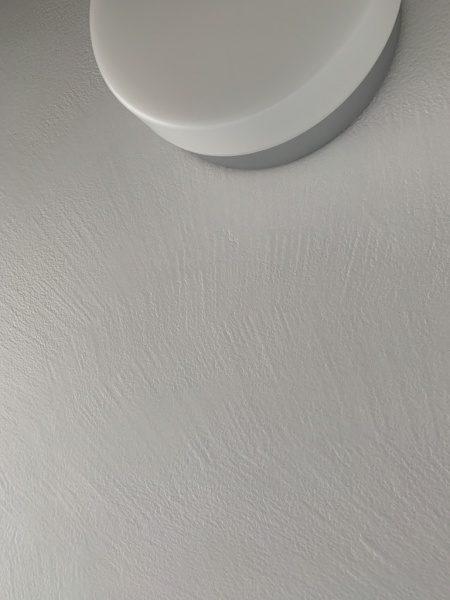 オルトレマテリアのメディアフィーネを塗りエコビコストロングのトップコートで施工したシャワールーム、照明周り部分の画像。原田左官施工