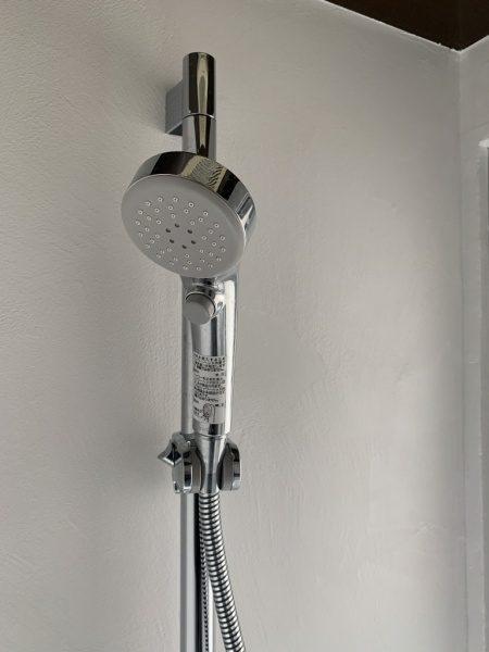 オルトレマテリアのメディアフィーネを塗りエコビコストロングのトップコートで施工したシャワールーム、シャワー周り部分の画像。原田左官施工