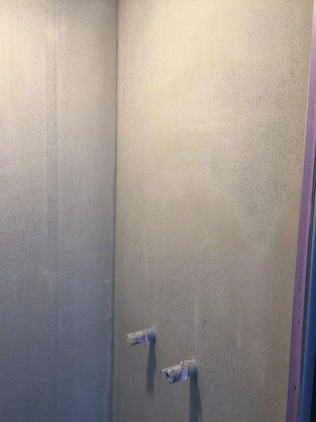 シャワー室。内壁はオルトレマテリアの下塗り材フォンドフレックスで施工してある