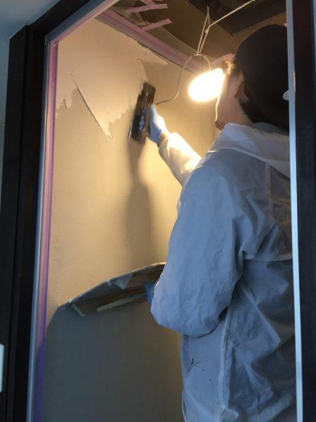 シャワー室の壁に左官職人さんが白のオルトレマテリアメディアを施工中の様子