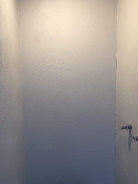 オルトレマテリアメディア白色で塗られたシャワールームの壁