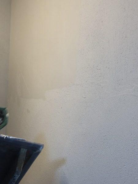 オルトレマテリアメディア白色で塗られたシャワールームの壁にオルトレマテリアフィーネ白色で塗り重ねた壁