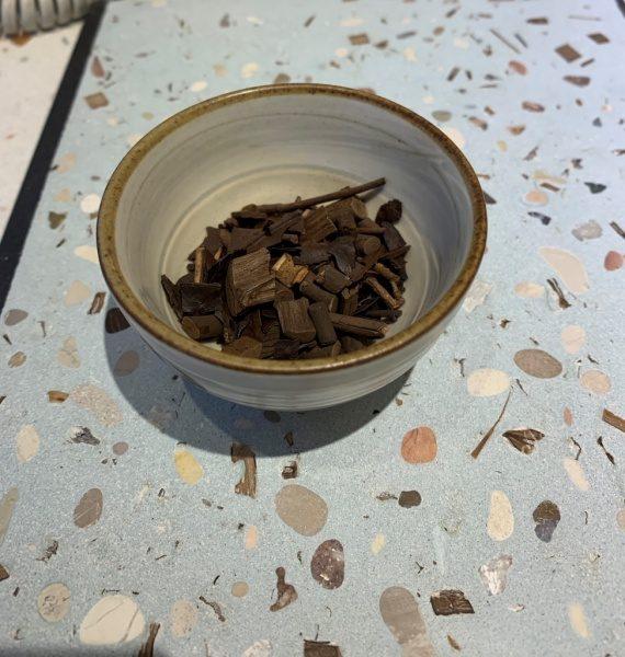ビールストーンお茶の葉入りサンプルと茶碗に入れた茶葉