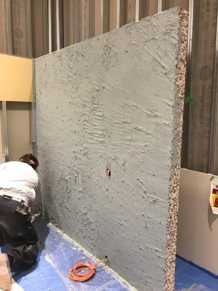 洗い出しシートの壁。お茶の葉入り目地材塗りこみ施工