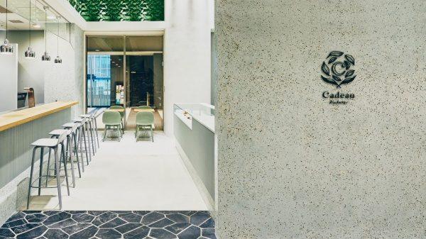 お茶の葉入り洗い出しシートの研ぎ出し内壁。渋谷カドーナチュールに施工