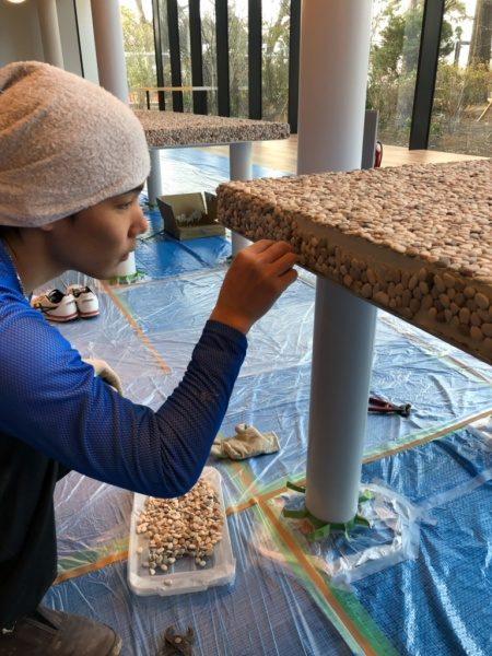 テーブル天板。洗い出しシート貼り付け施工工程。小口部分はバラ石貼り付け