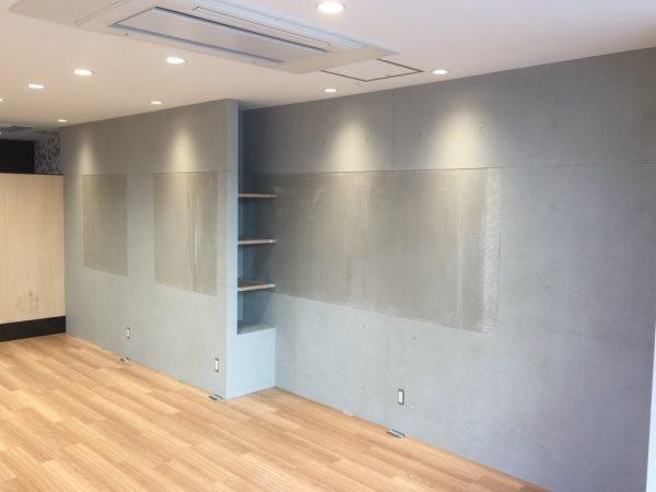 コンクリート打ち放し風仕上げの壁。駒込美容室Egaliteに施工。壁が仕上がりミラー取り付け前の状態