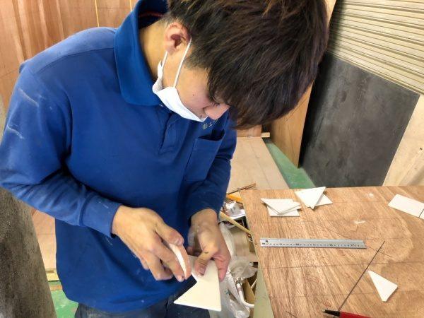 原田左官技能五輪練習会。タイルを切っている