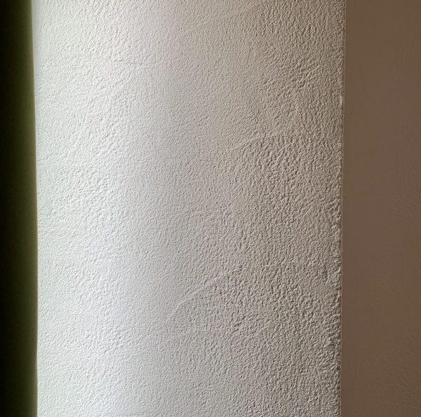 リフォーム工事で現代しっくいの白で施工された壁