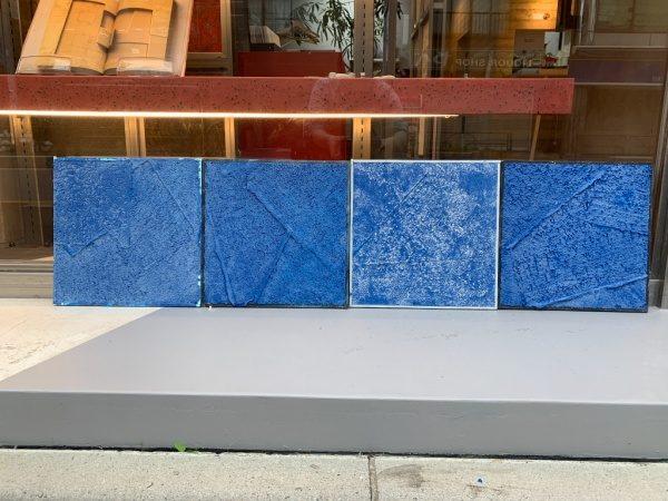 北都建設様エントランス施工用の樹脂系左官材見本板4枚、ブルー、白2色の見本