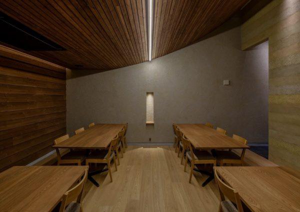 富山のお蕎麦屋さんOLIMBA、椅子席。塗り版築仕上げの壁
