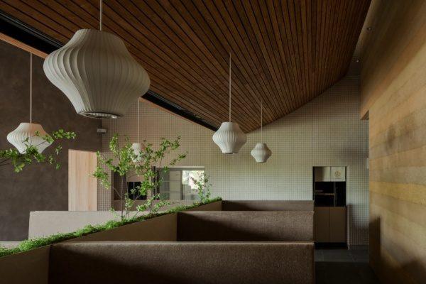 富山のお蕎麦屋さんOLIMBAソファー席。塗り版築仕上げの壁は原田左官施工