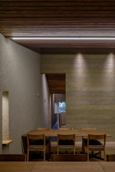 富山のお蕎麦屋さんOLIMBAの塗り版築仕上げの壁。原田左官施工