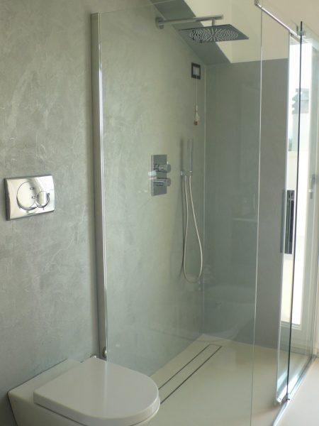 海外の塗り仕上げシャワー室の例