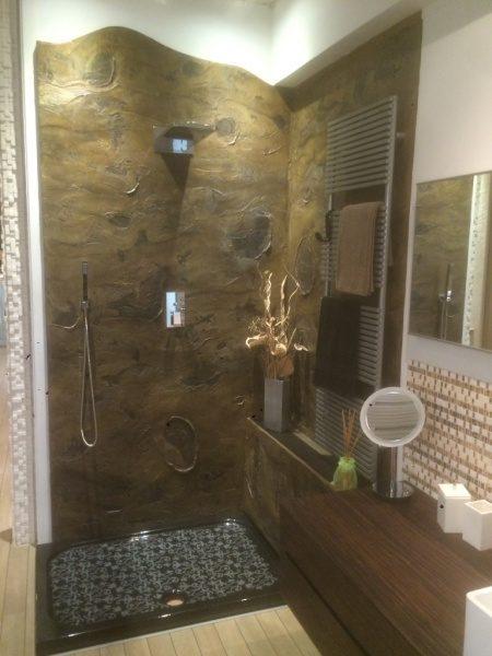 海外の樹皮模様塗り仕上げシャワー室の例