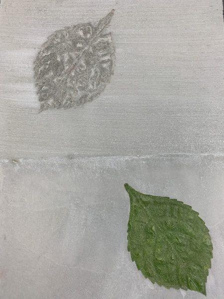 モルタル葉っぱ模様転写。色付けありと色付け無しの葉っぱ模様