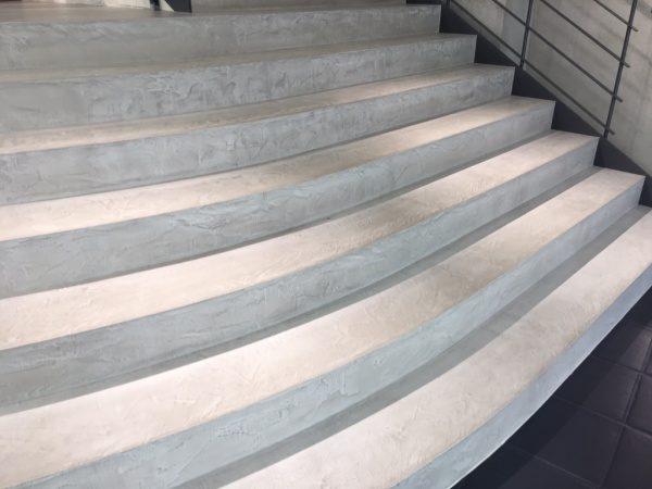 モールテックス仕上げスポーツショップ階段ステージ。原田左官施工