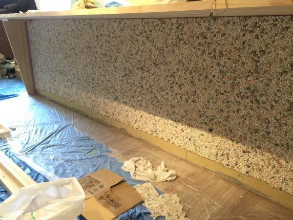 クリスタルイエローの石を使った洗い出しネットストーンのカウンター腰壁。原田左官施工