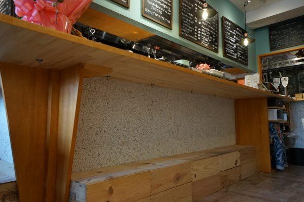 クリスタルイエローの石を使い白目地を詰めた洗い出しネットストーンのカウンター腰壁。原田左官施工