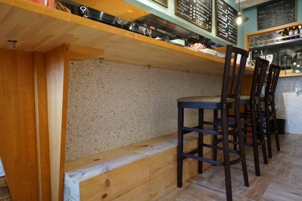 飲食店のカウンター腰壁をクリスタルイエローの石と白目地で詰めた洗い出しネットストーン。原田左官施工