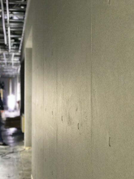 オフィスビル壁面にされたコンクリート打ち放し風仕上げ