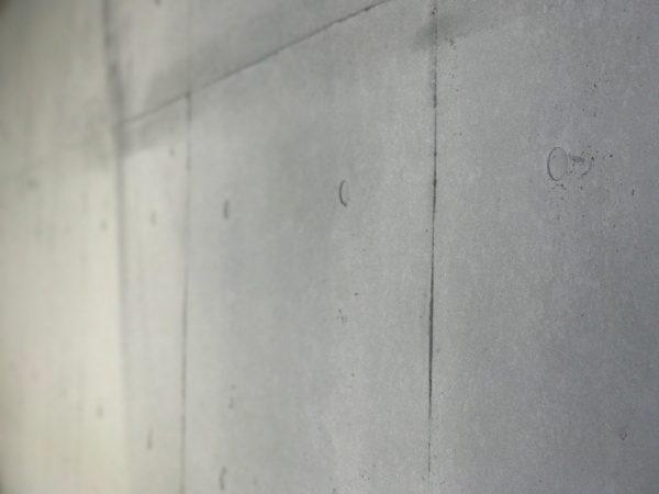 コンクリート打ち放し風仕上げで施工したオフィスビル壁面