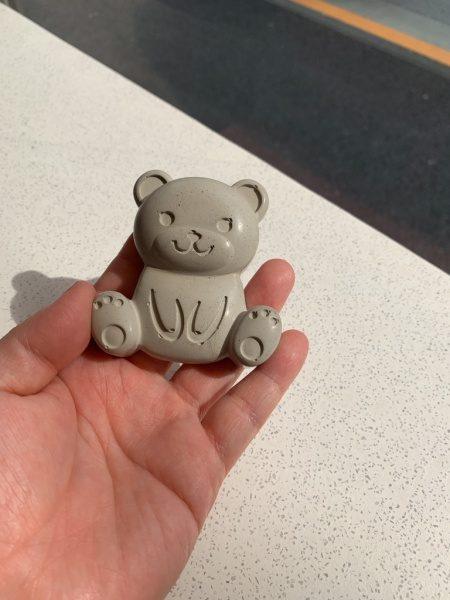 キーセルKi-1を使用しモルタル工作で作った熊のキャラクターを手に乗せている