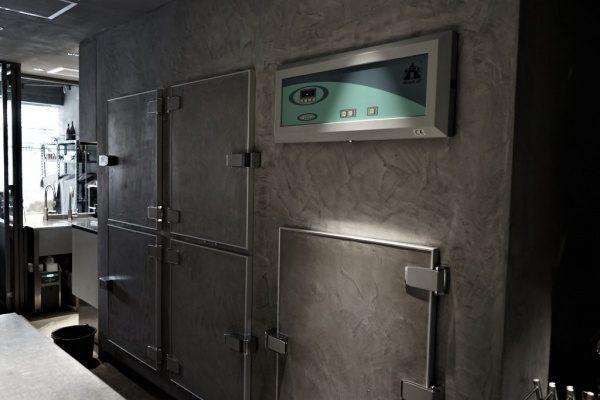 モールテックス仕上げの冷蔵庫扉や壁。等々力パティスリィアサコイワヤナギの内装、原田左官施工