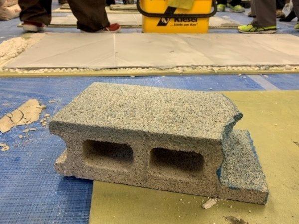 キーセル講習会にて、補修前の欠けた状態のコンクリートブロック
