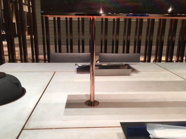 日本茶のお店のモールテックステーブル、真鍮目地入りの意匠。原田左官施工