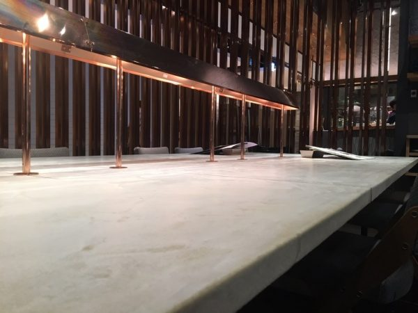 日本茶のお店のモールテックステーブル。原田左官施工