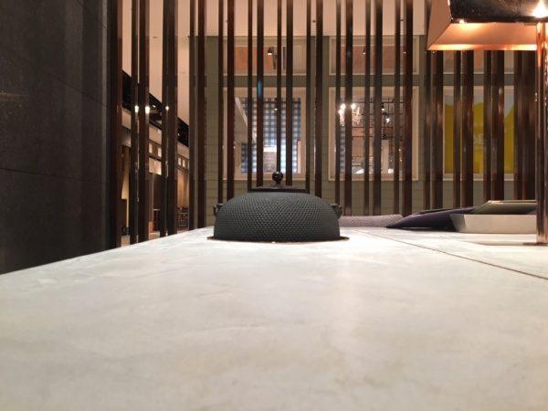 日本茶のお店のモールテックステーブル、原田左官施工。テーブルには茶釜が設置されている