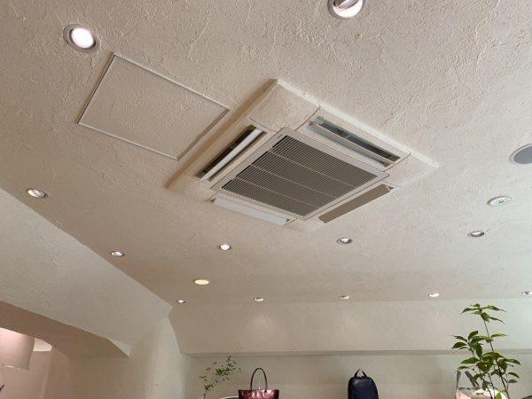 マザーハウス銀座店の内装。原田左官施工の漆喰。天井だけでなくエアコンカバー部分までも漆喰で塗られている