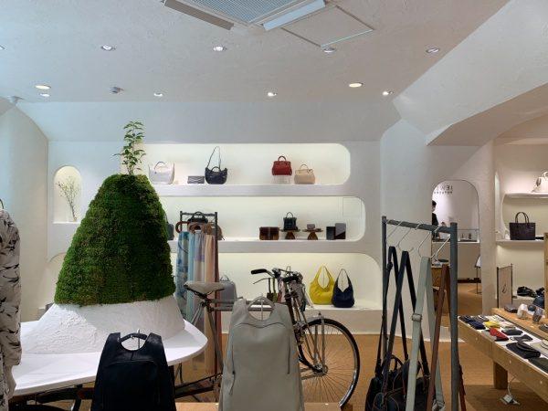 マザーハウス銀座店の内装。原田左官施工の漆喰。店内にはバッグや財布などがディスプレイされている
