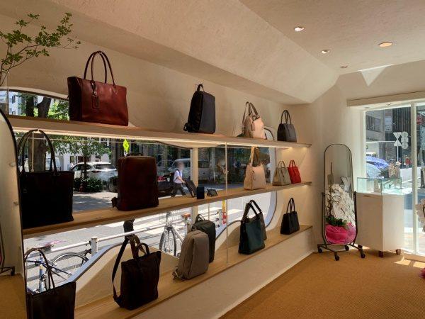 マザーハウス銀座店の内装。原田左官施工の漆喰。窓付近箇所。バッグや財布などがディスプレイされている