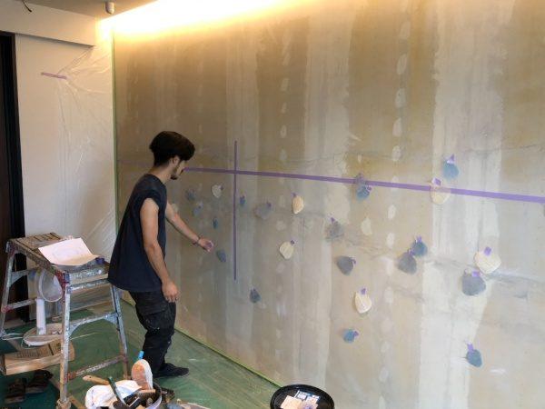 住宅展示場のオルトレマテリア葉っぱ入り仕上げ施工中。葉っぱ位置決め工程。原田左官施工
