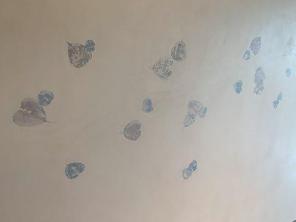 住宅展示場のオルトレマテリア葉っぱ入り仕上げの壁。仕上がり完成の状態。オルトレマテリアを塗る人と葉っぱを貼り付けて伏せ込む人を分けて施工している。原田左官施工