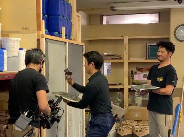 テレビ番組「それって!?実際どうなの課」撮影風景。あきら100%さん出演。原田左官にて。壁を塗るあきら100%さん